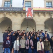 Un lazo rojo adorna las fachadas de los Ayuntamientos de Badajoz y Cáceres
